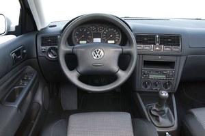 Podstawowa wersja wygląda trochę smutno: czarny plastik, otwór w konsoli środkowej, pokryte niezbyt przyjemnym plastikiem pokrętła nawiewów. /Volkswagen