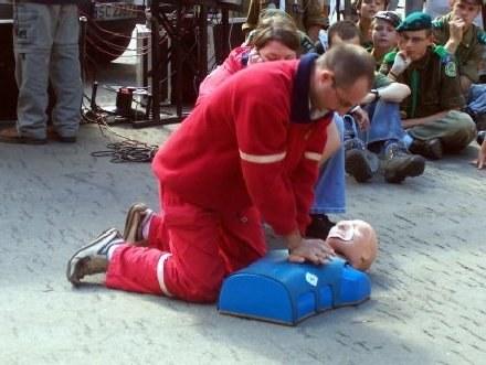 Podstawy pierwszej pomocy powinny być znane każdemu/fot. T. Piekarski /MWMedia