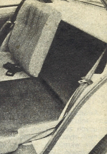 Poduszka i oparcie siedzenia tylnego dają się składać stronami, co umożliwia przewóz trzech osób i dłuższych elementów bagażu. /Motor