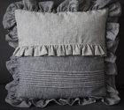 Poduszki dekoracyjne z falbanami.