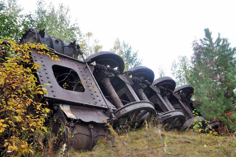 """Podwozie lokomotywy rosyjskiej produkcji. Obydwa odnalezione parowozy były przewrócone na bok, ale zachowały się w bardzo dobrym stanie. Maszynistami pracującymi przy """"Budowie nr 503"""" byli również więźniowie. /arch. Projektu """"Dead Road 2013"""" /Odkrywca"""