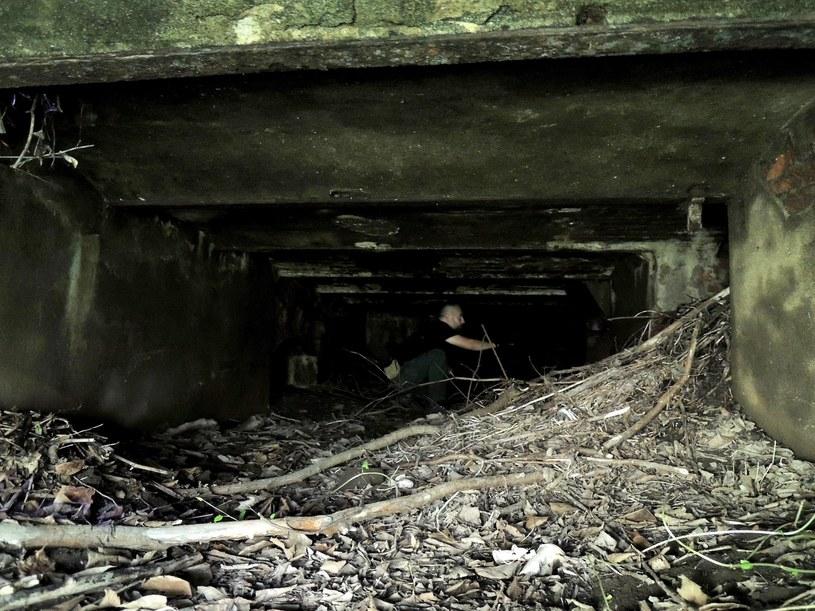 """Podziemny kanał odsłonięty po opadnięciu wody. Wg legendy tędy miały wypływać """"miniaturowe okręciki"""". /Odkrywca"""