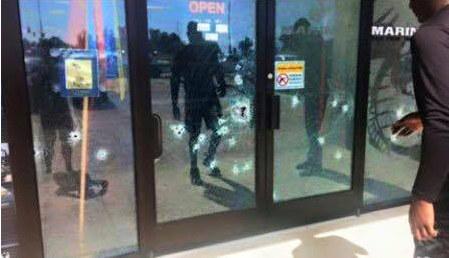 Podziurawione kulami drzwi na miejscu strzelaniny /Twitter