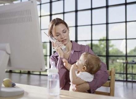 Pogodzenie karmienia naturalnego i pracy na pełnym etacie nie jest proste /ThetaXstock