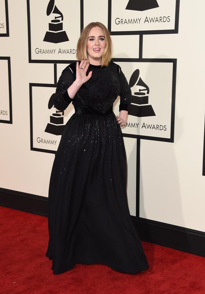 """""""Pogodziłam się z tym, że nigdy nie będę szczupła, ale teraz czuję się znacznie lepiej"""", mówi Adele z dumą prezentując wciętą talię /Getty Images"""