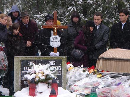 """Pogrzeb Artura Kulczyckiego. Czy to znaczy, że Łukasz Płoszajski zniknie z """"Pierwszej miłości""""? /Polsat"""