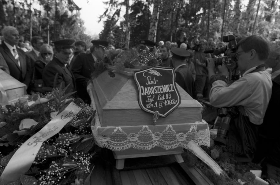Pogrzeb byłego premiera PRL Piotra Jaroszewicza i jego żony Alicji Solskiej-Jaroszewicz na warszawskim komunalnym Cmentarzu Wojskowym na Powązkach w 1992 roku /Grzegorz Press /PAP