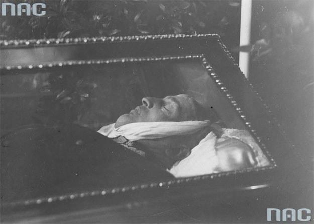 Pogrzeb generała Gustawa Orlicza-Dreszera. Ciało wojskowego w otwartej trumnie /Z archiwum Narodowego Archiwum Cyfrowego