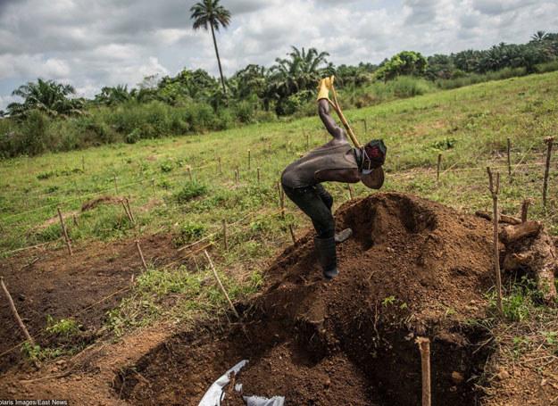 Pogrzeb kobiety, która chorowała na Ebolę, Sierra Leone, grudzień 2014 /Tommy Trenchard /East News