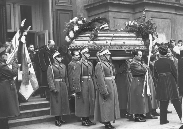 Pogrzeb majora Stefana Rago poległego podczas zajmowania okręgu Jaworzyny /Z archiwum Narodowego Archiwum Cyfrowego