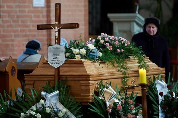 Uroczystości pogrzebowe zamordowanych - 30-letniego mężczyzny i jego 8-letniego syna w Kwidzynie. Ojciec i syn zginęli od ciosów młotkiem w głowę. Zatrzymanemu 22-letniemu mieszkańcowi Kwidzyna, podejrzanemu o zabójstwo grozi dożywocie / fot. Adam Warżawa