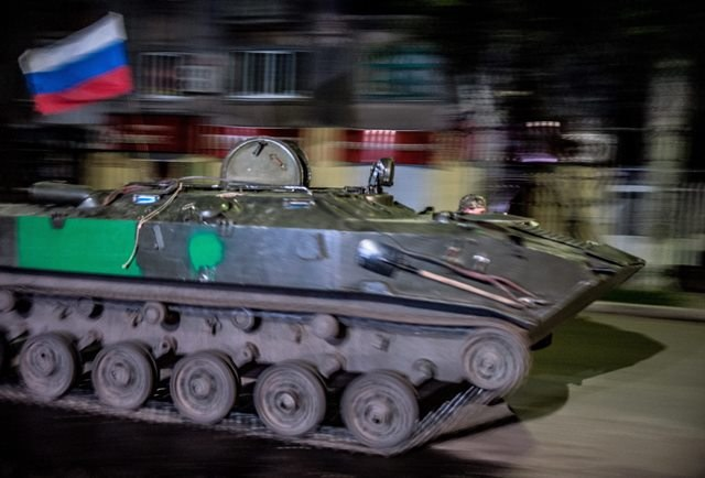 Pojazd opancerzony na ulicach Słowiańska /ROMAN PILIPEY /PAP/EPA