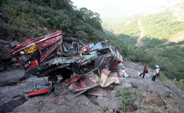 Pojazd rozpadł się na dwie części /AFP