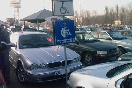 Pojazd zaparkowany na miejscu przeznaczonym dla osób niepełnosprawnych  będzie odholowywany /poboczem.pl