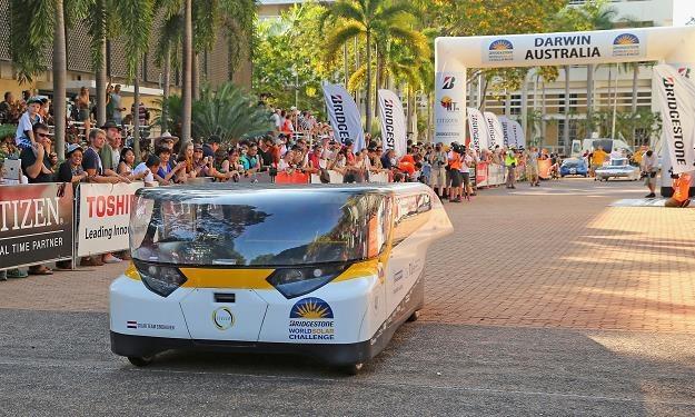 Pojazdy na baterie słoneczne nie przypominają tych, które znamy z dróg /AFP