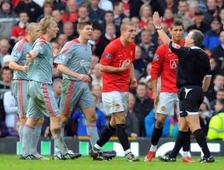 Pojedynki Man Utd z Liverpoolem gromadzą przed telewizorami miliony widzów, co daje wielkie zyski. /AFP