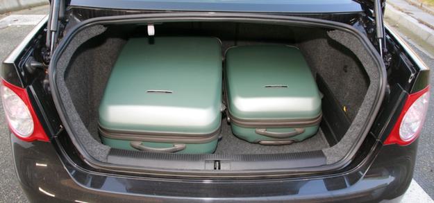 Pojemność: 525 l. Jest możliwość złożenia kanapy lub tylko jej części. /Motor