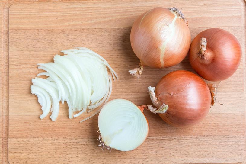 Pokryte rdzą noże czyść  przekrojoną cebulą maczaną w cukrze pudrze. /©123RF/PICSEL