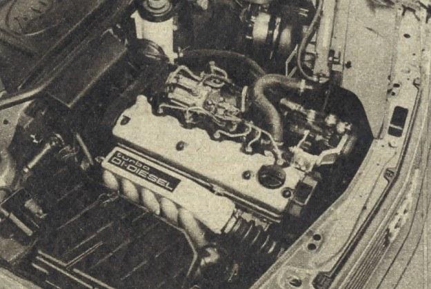 Pokrywa komory silnikowej przylega szczelnie do wykroju komory po to, aby uniemożliwić przedostawanie się odgłosów pracy na zewnątrz. /Motor