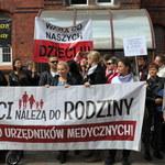 Pół miliona złotych żądają rodzice, którzy zabrali dziecko ze szpitala w Białogardzie