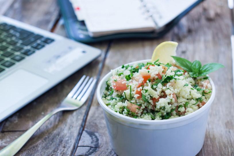 """Polacy coraz częściej jedzą w pracy """"fit"""" posiłki /©123RF/PICSEL"""