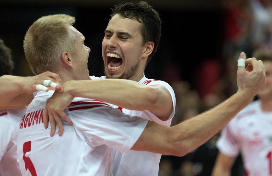 Polacy Fabian Drzyzga (P) i Paweł Zagumny (L) po zwycięskim meczu finałowym mistrzostw świata siatkarzy /Andrzej Grygiel /PAP