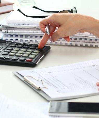 Polacy kiwają państwo z podatkami i składkami