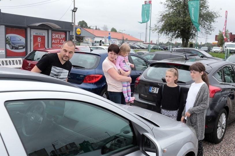 Polacy kupują coraz więcej aut, a do tego są one coraz młodsze /Piotr Mecik /East News