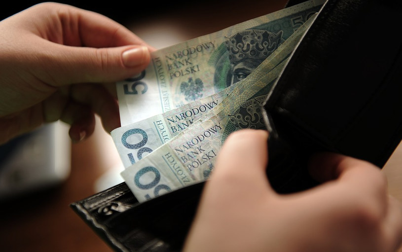 Polacy liczą każdy grosz /Bartosz Krupa /East News
