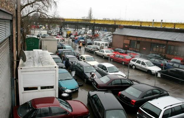 Polacy lubią słuchać bajek opowiadanych im przez handlarzy w komisach /Lech Muszyński /Reporter