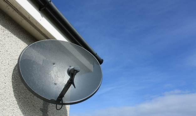 Polacy nadal wybierają talerz satelitarny zamiast kablówki  fot. Colin Brough /stock.xchng