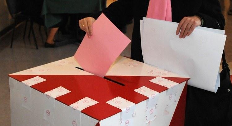 Polacy niechętnie głosują i niechętnie składają podpisy poparcia /Wojciech Stróżyk /Reporter