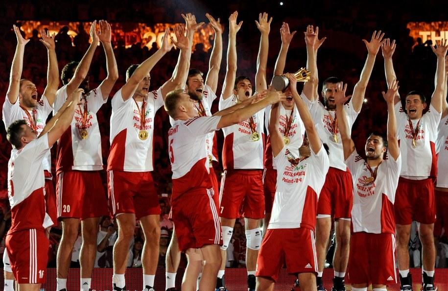 Polacy podczas dekoracji na złotych medalistów po meczu finałowym mistrzostw świata siatkarzy z Brazylią /Bartłomiej Zborowski /PAP