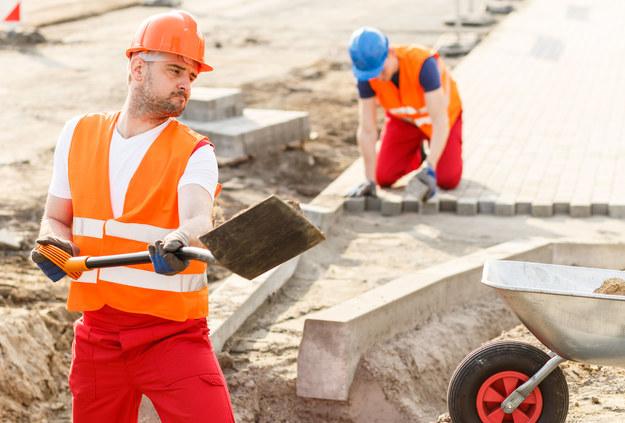 Polacy pracują dużo, ale zarabiają niewiele /123RF/PICSEL