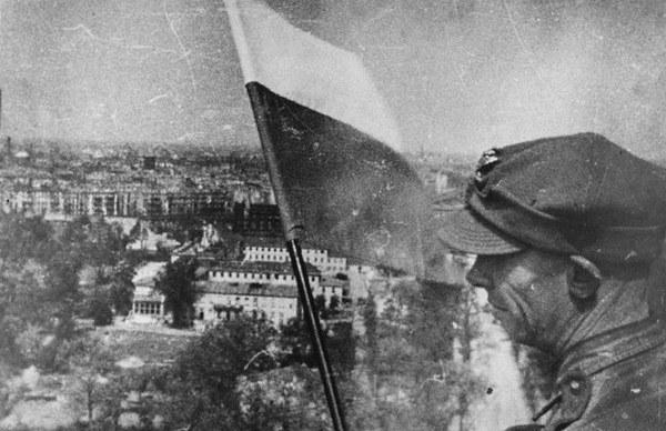 Polscy żołnierze wieszają flagę na Kolumnie Zwycięstwa, Berlin 1945