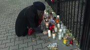 Polacy wstrząśnięci zamachami w Paryżu. Znicze pod ambasada Francji