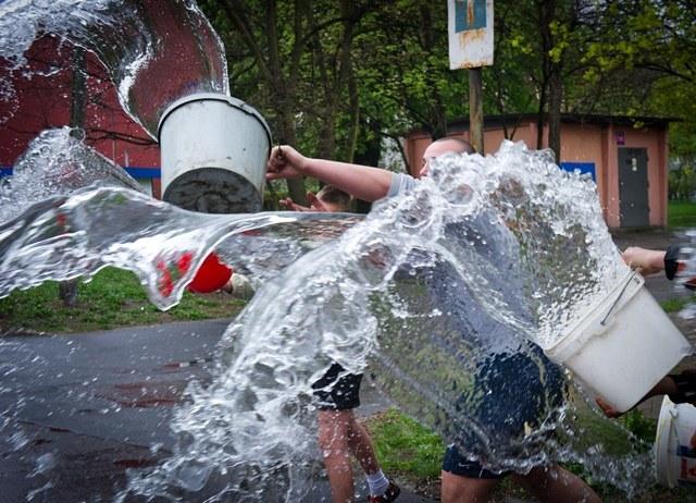 Polewanie wodą powinno być zabawą, a nie złym wydarzeniem /Grzegorz Michałowski /PAP