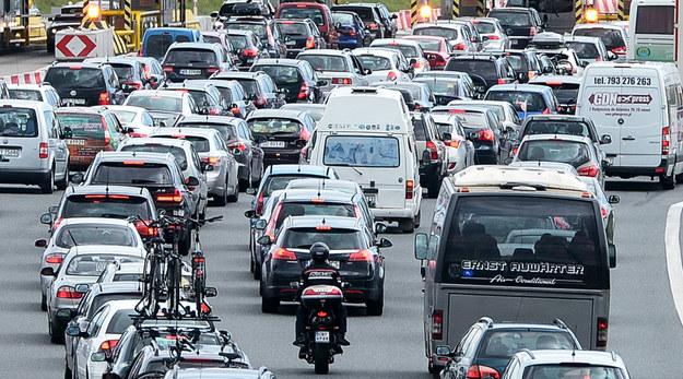 Policja apeluje do kierowców o zachowanie szczególnej ostrożności i korzystanie z objazdów /Łukasz Dejnarowicz /Agencja FORUM