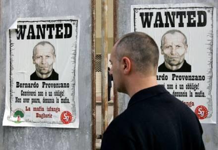Policja cały czas ściga członków cosa nostry /AFP