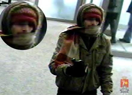 Policja opublikowała zdjęcie sprawcy napadu, zrobione dzięki monitoringowi w banku/fot. KSP /Policja