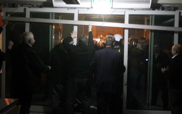 Policja powstrzymuje protestujących górników przed wtargnięciem do siedziby Jastrzębskiej Spółki Węglowej /Andrzej Grygiel /PAP