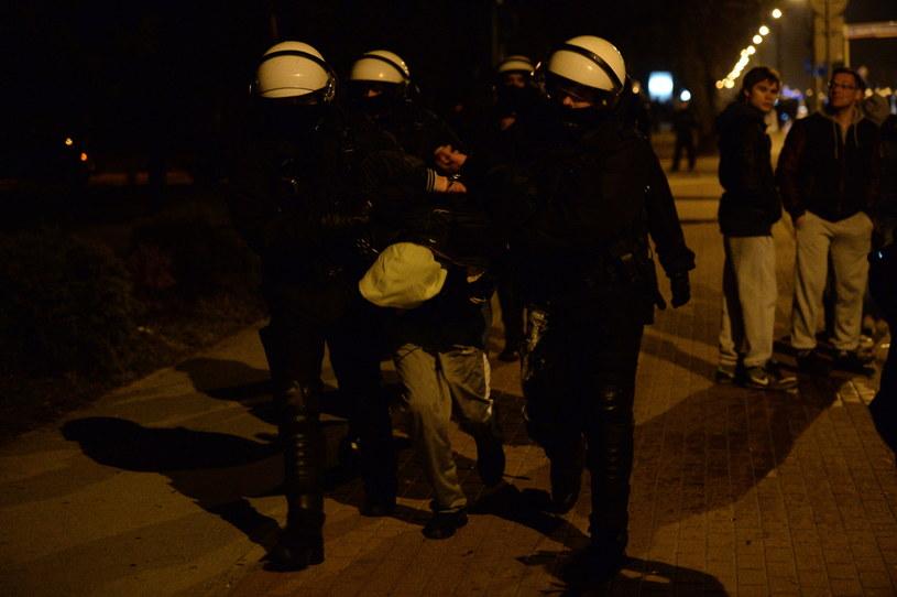 Policja prowadzi jednego z zatrzymanych, podczas protestu przed Komendą Powiatową Policji w Legionowie /Jacek Turczyk /PAP