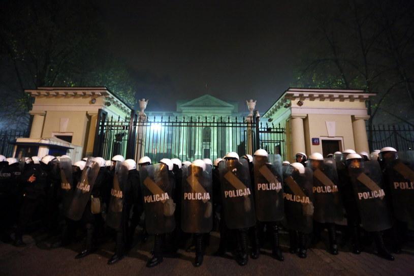 Policja przed ambasadą Federacji Rosyjskiej. /Tomasz Gzell /PAP