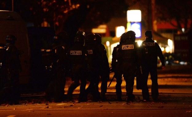 Policja przed barem, w którym przetrzymywani byli zakładnicy. /PAP/EPA