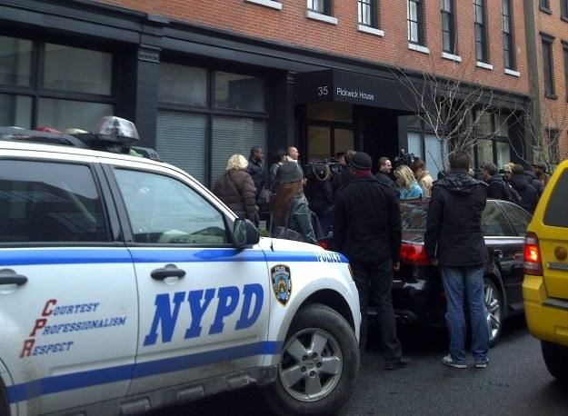 Policja przed budynkiem, w którym znaleziono ciało aktora /AFP