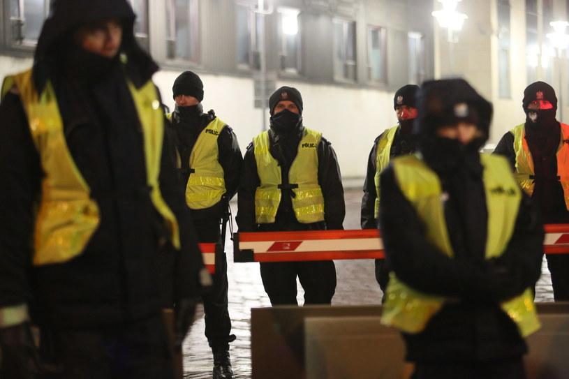 Policja przed Sejmem podczas protestu, w nocy z 17 na 18 grudnia /Leszek Szymański /PAP
