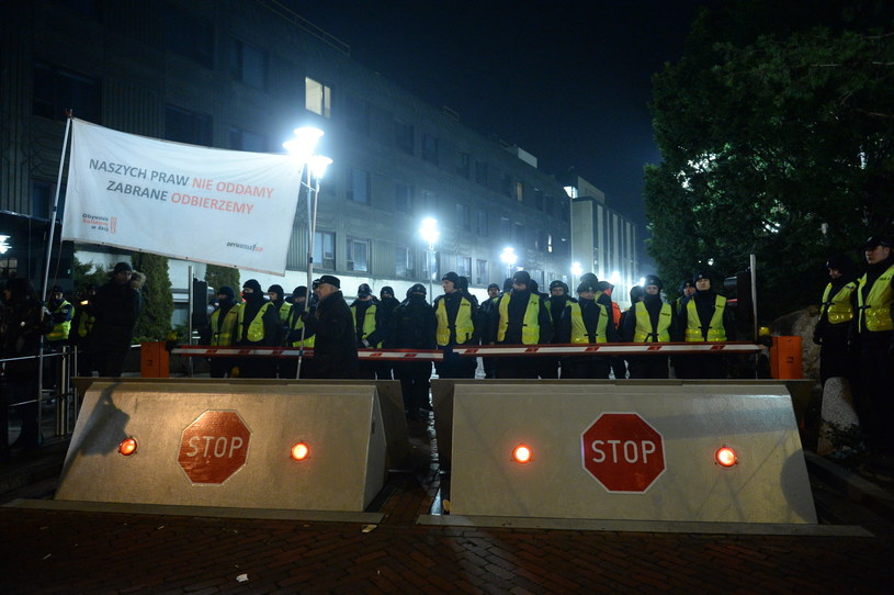 Policja przed Sejmem, w nocy z 16 na 17 grudnia, od strony ul. Wiejskiej /Marcin Obara /PAP