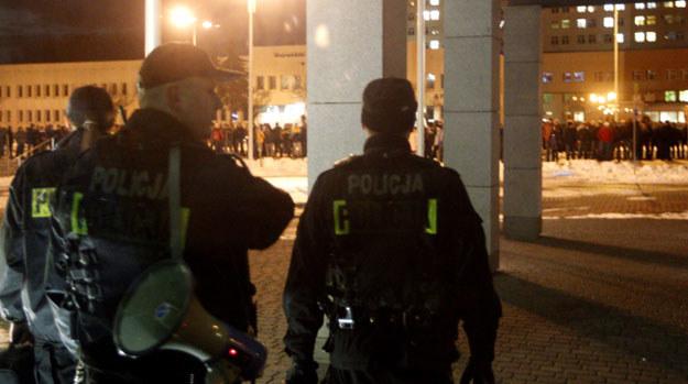 Policja przed siedzibą Jastrzębskiej Spółki Węglowej /Andrzej Grygiel /PAP