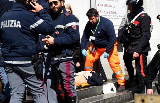 Policja udziela pomocy jednej z rannych osób /DANIEL DAL ZENNARO  /PAP/EPA
