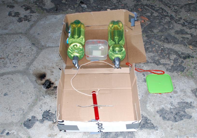 Policja ujawniła zdjęcie bomby podłożonej pod radiowóz /Policja